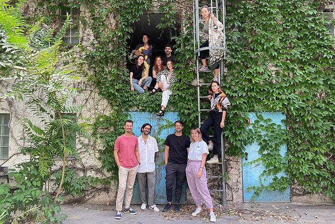 Die Personen hinter dem Verein Design in Gesellschaft vor dem Gebäude.